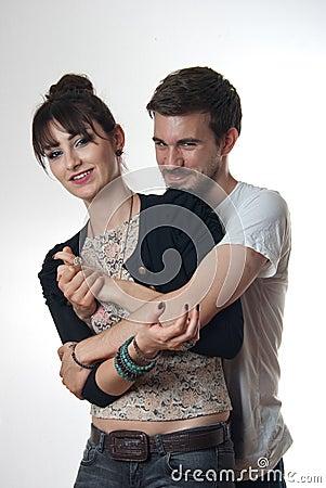 Jeunes couples dans l étreinte affectueuse