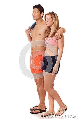 Jeunes couples dans les vêtements de bain