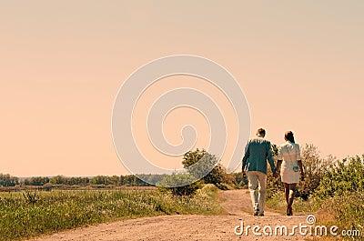 Jeunes couples marchant à l extérieur