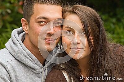 Jeunes couples mélangés
