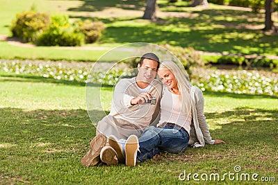 Jeunes couples prenant une photo de lui-même