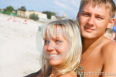 Jeunes couples sur la plage