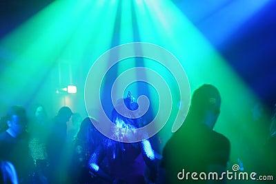 Jeunes faisceaux du danseur in/between de lumière femelles