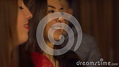 Jeunes heureux ayant le jeu-concours ? l'?v?nement ?ducatif Kiev, Ukraine 10 05 2019 clips vidéos