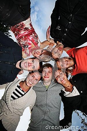 Jeunes heureux de gens de groupe de cercle