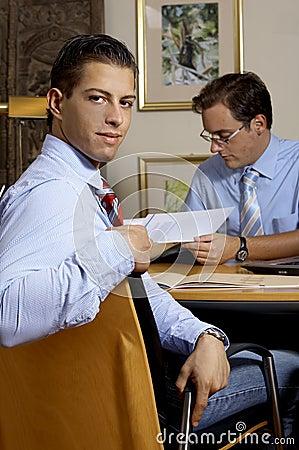 Jeunes hommes d affaires