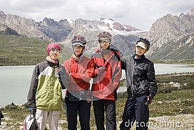 Jeunes hommes de bicyclette en nature