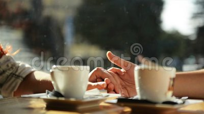 Jeunes mains heureuses de fixation de couples Ils ont plaisir ? passer le temps ensemble banque de vidéos