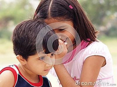 Jeunes soeurs partageant des secrets