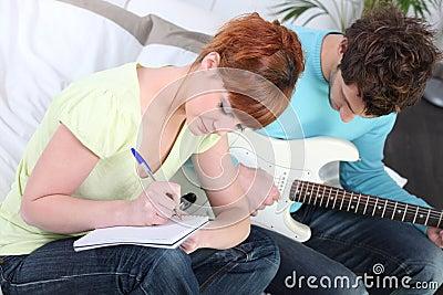 Jeunesse écrivant une chanson