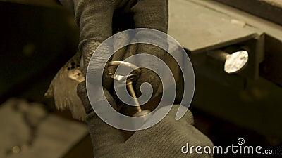 Jeweler limpa anel de casamento dourado video estoque