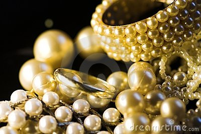 Jewelry: gold and pearls