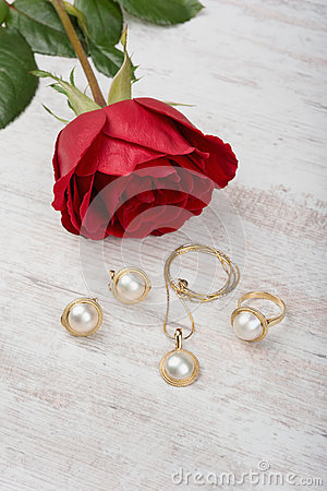 Free Jewelry Set Of Golden Ring, Earrings, Necklace With Pearls And Red Rose On White Wooden Background Stock Images - 85157954