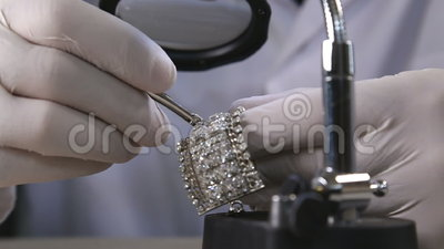 Jewller кладя диамант на браслет сток-видео