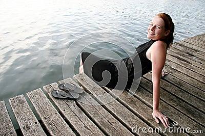 Jeziorni młodych kobiet odprężona
