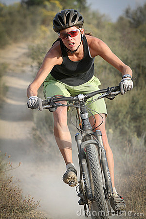Jinete femenino de la bici de montaña Imagen de archivo editorial