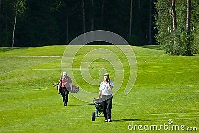 Jogador de golfe dois no feeld do golfe Imagem de Stock Editorial