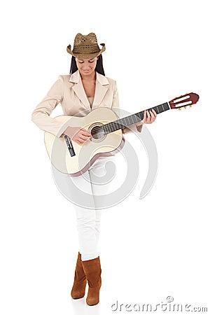 Jogador de guitarra à moda que aprecia a música