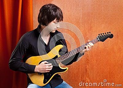 Jogador de guitarra novo do olhar britânico da rocha do PNF do indie