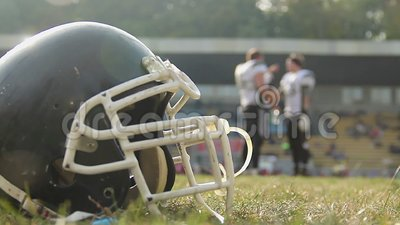 Jogadores de futebol americano que têm a ruptura no campo, água potável, comunicando-se video estoque