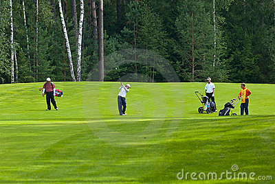Jogadores de golfe do grupo no feeld do golfe Imagem Editorial