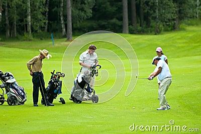 Jogadores de golfe do grupo no feeld do golfe Foto Editorial