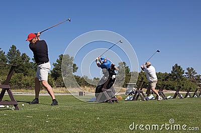 Jogadores de golfe na escala de prática
