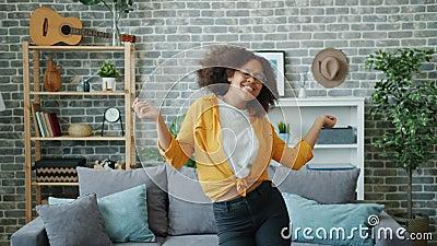 Jogo adolescente dançando em casa sozinho se divertindo com música favorita video estoque
