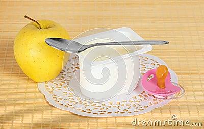 Jogurt, jabłko i pacyfikator,