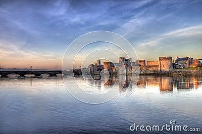John van de koning kasteel bij zonsondergang in limerick, Ierland.