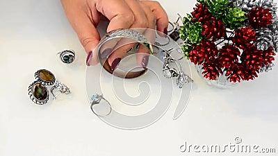 A joia das mulheres fez de metais baixos, de vidro e de materiais macios video estoque