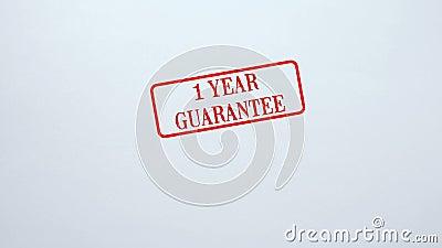 Joint de garantie de 1 an embouti sur le fond de papier blanc, qualité du produit banque de vidéos