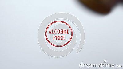 Joint sans alcool embouti sur le fond de papier blanc, production de boissons banque de vidéos