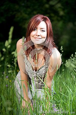 joli femme image stock image du heureux outdoors vert 9893025. Black Bedroom Furniture Sets. Home Design Ideas