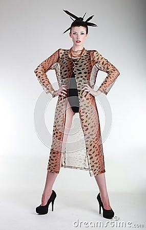 Joli femme dans le concept d éditorial de mode élevée