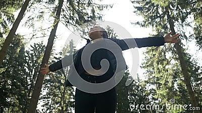 Jolie adolescente détendant dans la forêt en bois admirant la beauté et la pureté de la nature appréciant augmentant la liberté e banque de vidéos