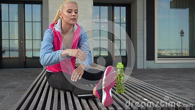 Jong, aantrekkelijk en sportief blond meisje dat opwarmoefeningen in de openlucht doet Gezondheidszorg en levensstijl stock video