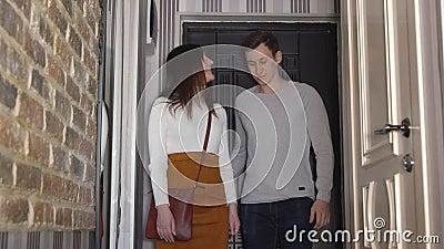 Jong echtpaar die hun nieuwe flat inspecteren stock video