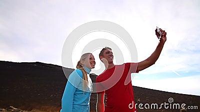 Jong Gelukkig Paar die Selfie (Zelfportret) buiten nemen stock footage
