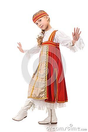 Jong meisje dat in nationale kleding danst