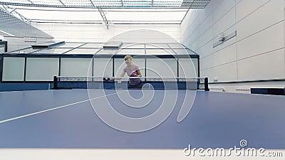 Jong meisje die de pingpong spelen bij het hof stock videobeelden