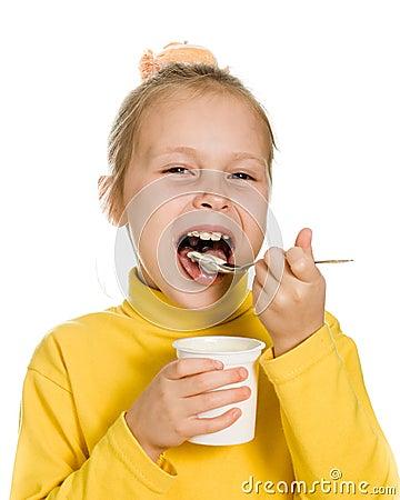 Jong meisje die yoghurt eten