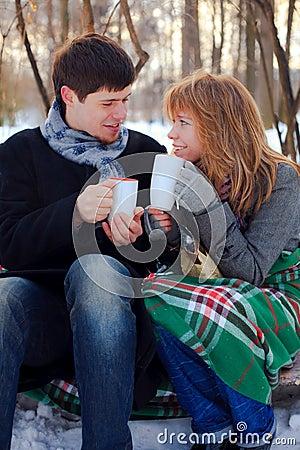Jong paar dat verwarmt in het de winterpark