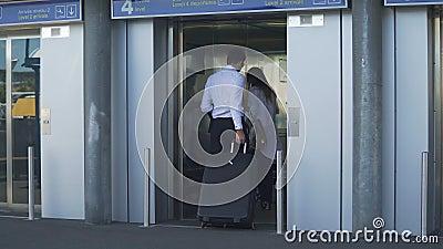 Jong paar die lift ingaan bij de luchthaven, de zakenreis, de reis en het toerisme stock footage