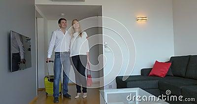 Jong Paar die zich in Nieuwe Vlakte bewegen stock videobeelden