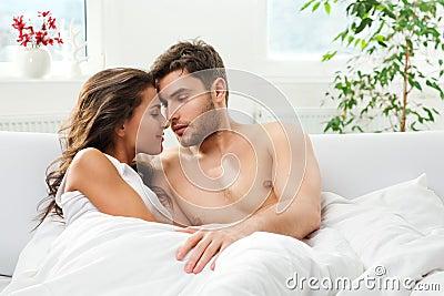 Jong volwassen paar in slaapkamer stock afbeeldingen afbeelding 30373354 - Slaapkamer volwassen ...