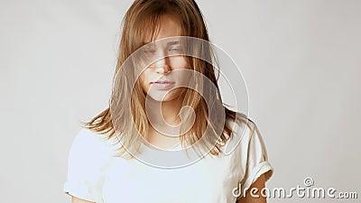 Jonge aantrekkelijke vrouw droevig over slordig haar en lange klappen stock videobeelden