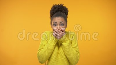 Jonge Afrikaans-Amerikaanse vrouwen sluitende mond met handen, die geheim, roddel houden stock videobeelden