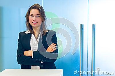 Jonge bedrijfsvrouw bij ontvangst