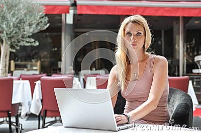 Jonge bedrijfsvrouw die een overlappingsbovenkant gebruikt